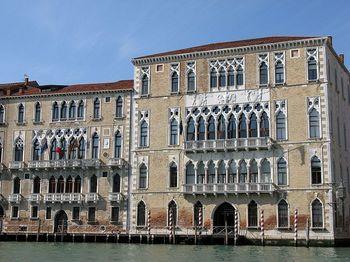 800px-Palazzo_Ca'_Foscari_lato_Canal_Grande.jpg